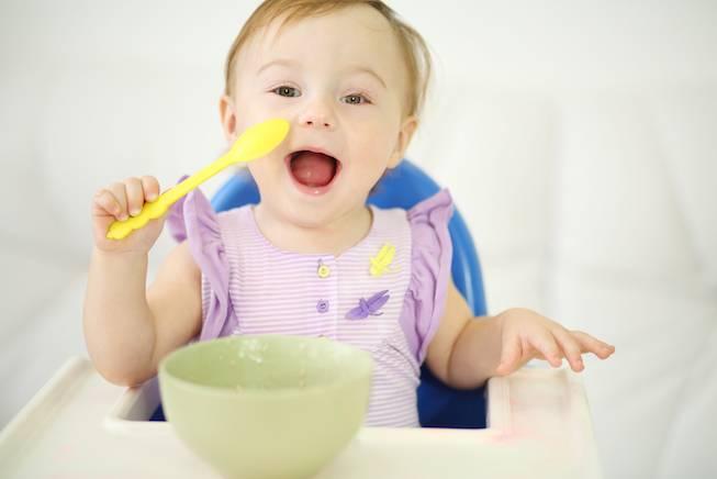 Доктор комаровский о том, как научить ребенка жевать, глотать и самостоятельно есть ложкой. как научить ребенка кушать ложкой самостоятельно?