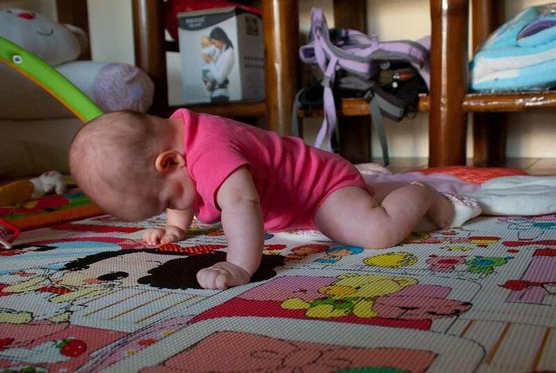 Как научить ребенка ползать: упражнения, стимуляция и мнение комаровского