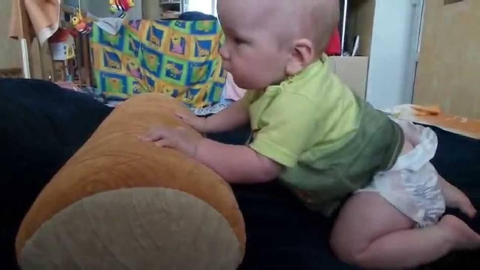 Как научить ребёнка ползать: советы родителям, методы