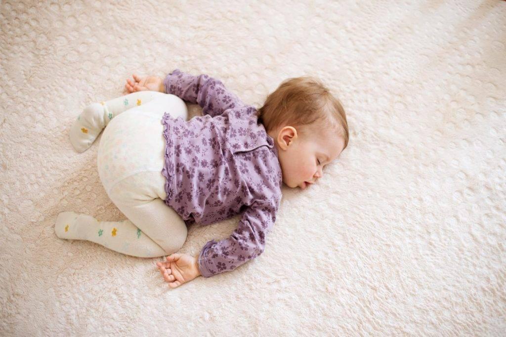 Ребенок переворачивается во сне на живот и просыпается: причины, решение