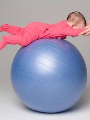 Занятия на фитболе с новорождённым