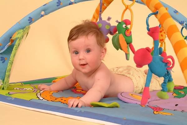Развитие малыша на 2 месяце: умения и навыки грудничка