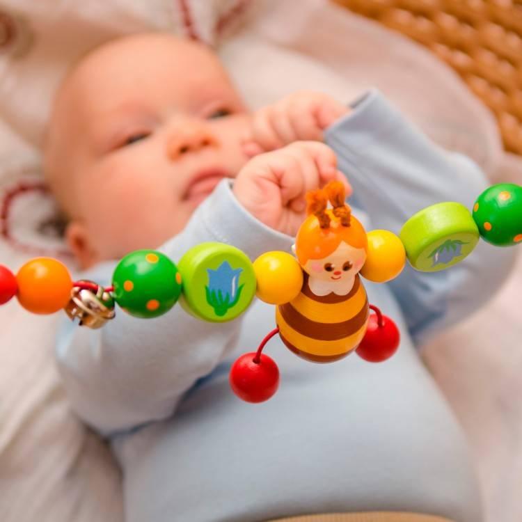Во сколько месяцев ребенок берет ручками предметы