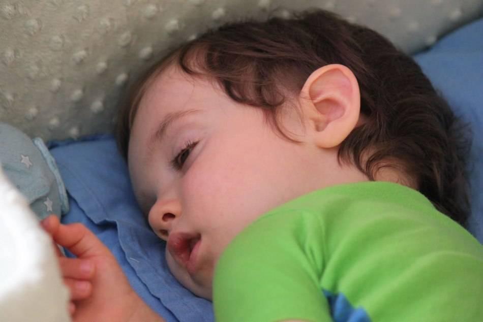 Новорожденный закатывает глаза когда засыпает и дергается