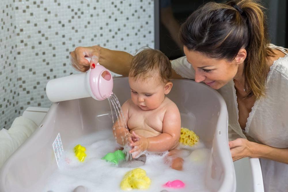 Купание новорожденного первый раз после роддома: основные правила