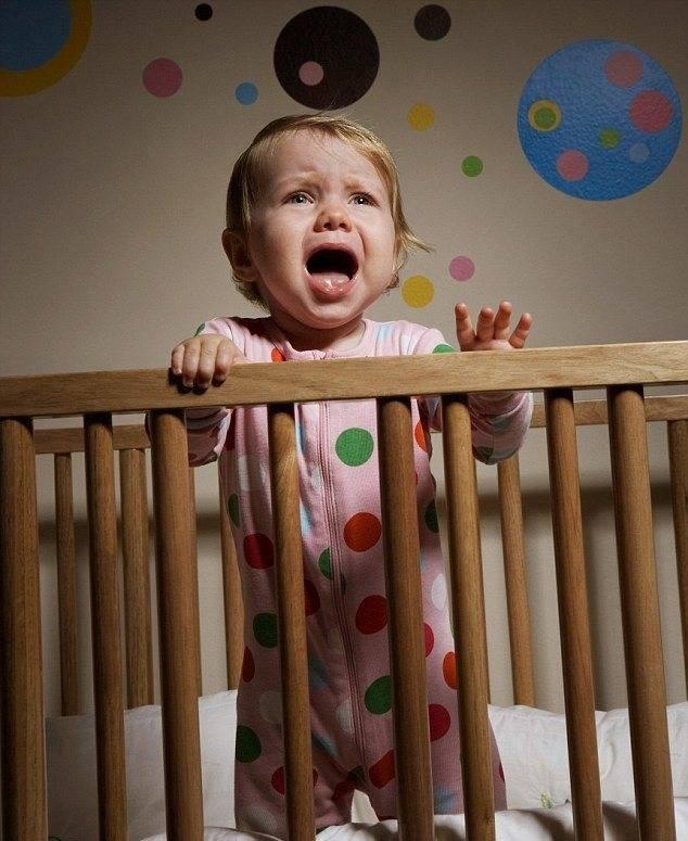 Почему ребенок сильно плачет перед сном? причины и что делать?