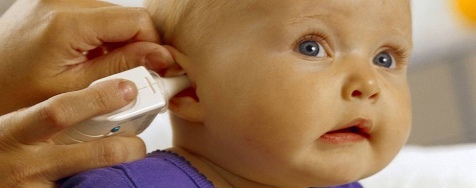 Нужно ли чистить уши грудничку?
