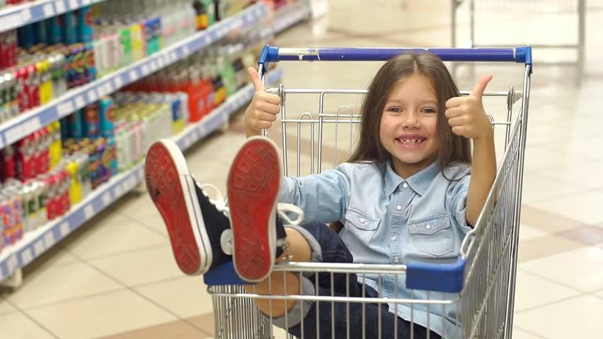 """""""за"""" и """"против"""" езды детей в продуктовых тележках в магазине"""