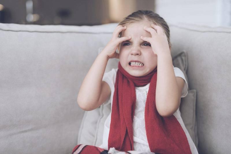 Ребенок бьет себя по голове, бьется головой об пол, когда психует (Комаровский)