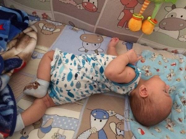 Ребенок переворачивается только в одну сторону – он болеет или ленится?