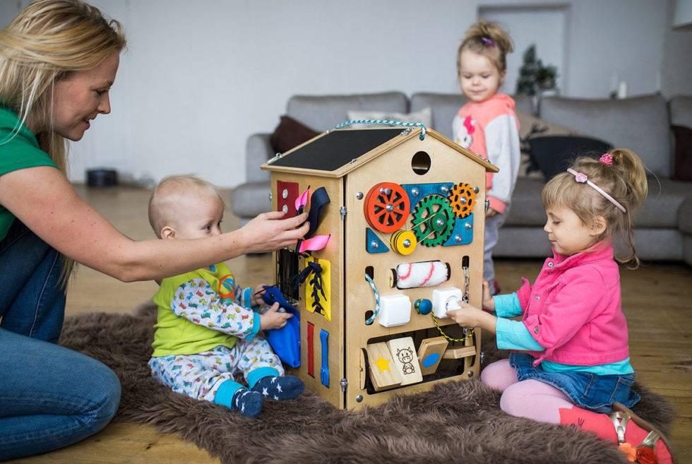 Чем занять годовалого ребенка дома: как играть, занятия для развития