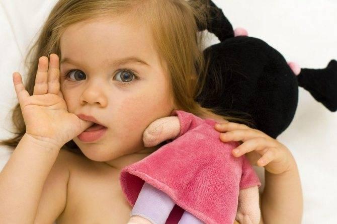 Палец в рот не клади! как отучить ребенка от сосания пальца. развитие ребенка от рождения до года