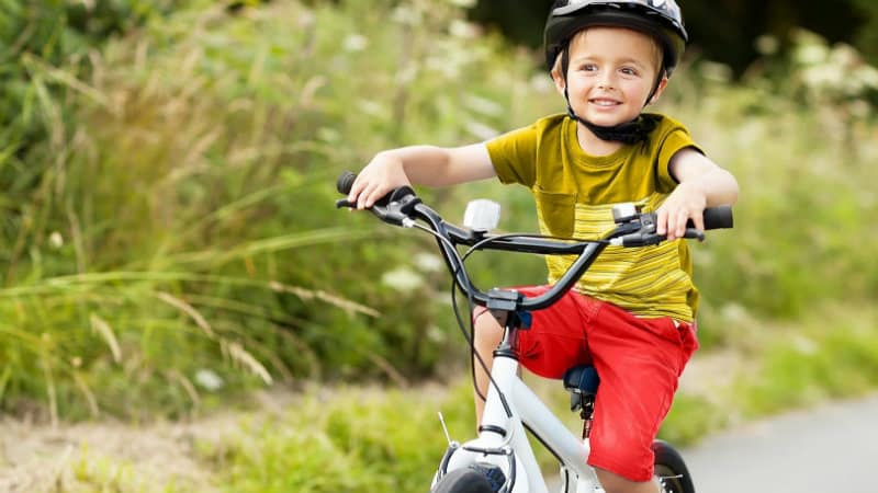 6 советов, как научить ребёнка ездить на велосипеде. способы обучения ребенка езде на велосипеде – как малышу уверенно крутить педали: фото и видео