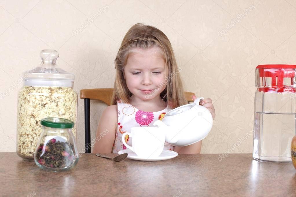 Пошаговая инструкция: когда и как научить ребенка пить из кружки самостоятельно? | семья и мама