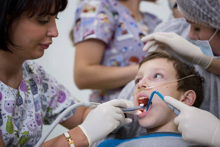 Молочные зубы – лечить или удалять?