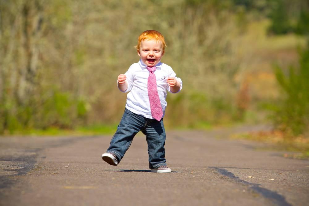 Во сколько месяцев ребенок начинает ходить: нормы и сроки