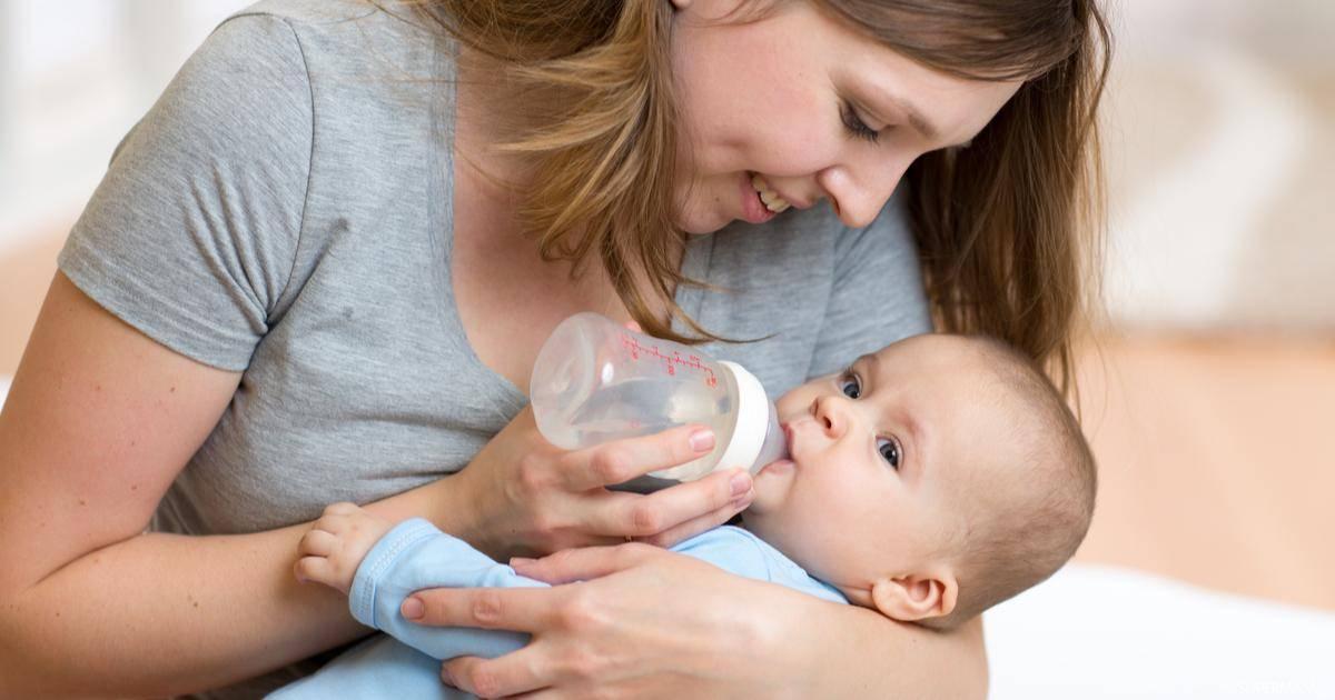 Почему ребенок срыгивает после кормления, как это ему вредит