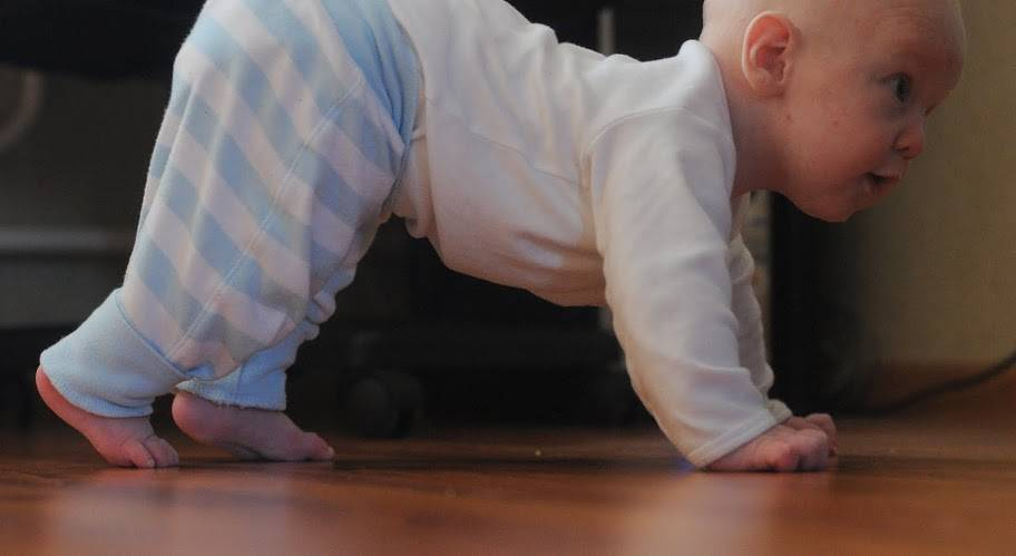 Ребенок не ползает: что делать? - детское здоровье и уход