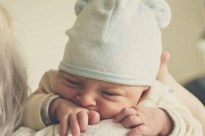 Во сколько месяцев ребенок начинает держать голову самостоятельно: девочка, мальчик