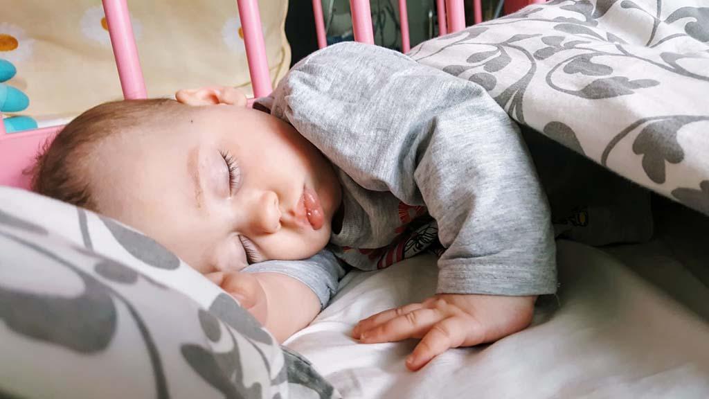 Ребёнок стал просыпаться ночью: почему так происходит и что делать?