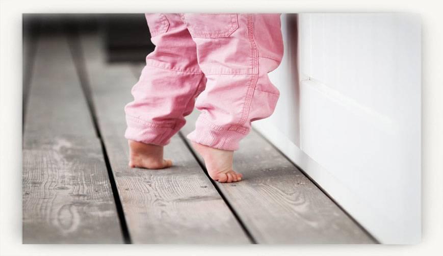 4 группы причин, которые объяснят, почему ребёнок ходит на носочках