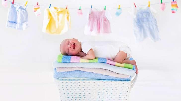 Чем стирать вещи для новорожденного? каким порошком стирать детские вещи? можно ли детские вещи стирать обычным порошком?