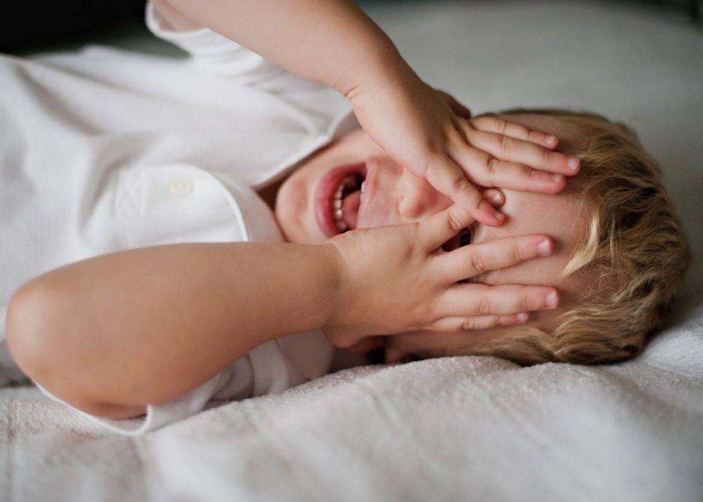 Почему ребнок спит только на маминых руках и как исправить эту ситуацию
