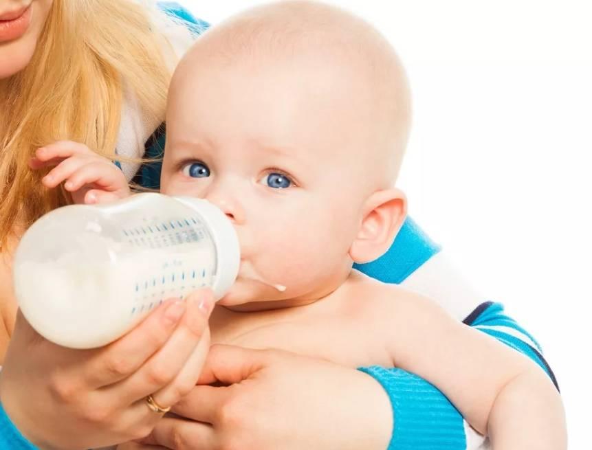 Почему ребенок много срыгивает после кормления грудным молоком?