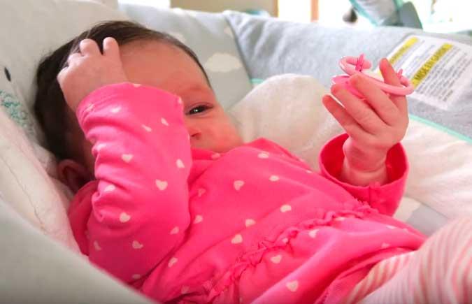 У ребенка холодные руки и ноги: почему, как помочь грудничку и новорожденному?