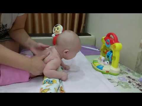 Когда ребёнок должен начинать держать голову самостоятельно