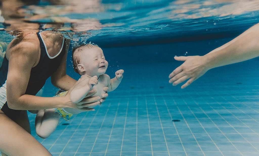 Младенцы плавают под водой. все о плавании грудничков и новорожденных: видео-уроки и методики обучения навыкам в ванне и бассейне