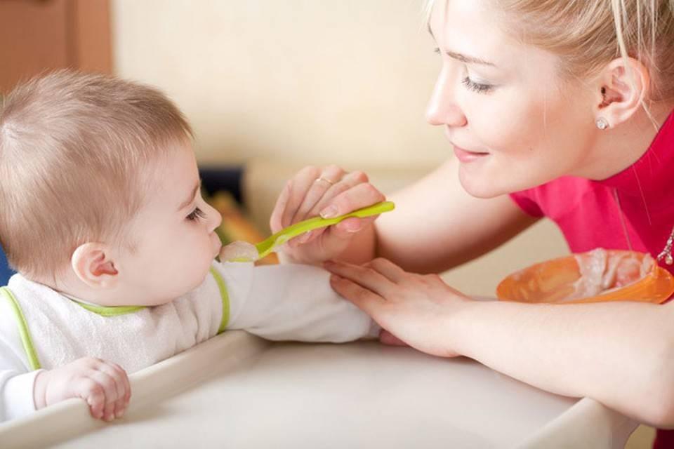 Как научить ребенка кушать ложкой самостоятельно?