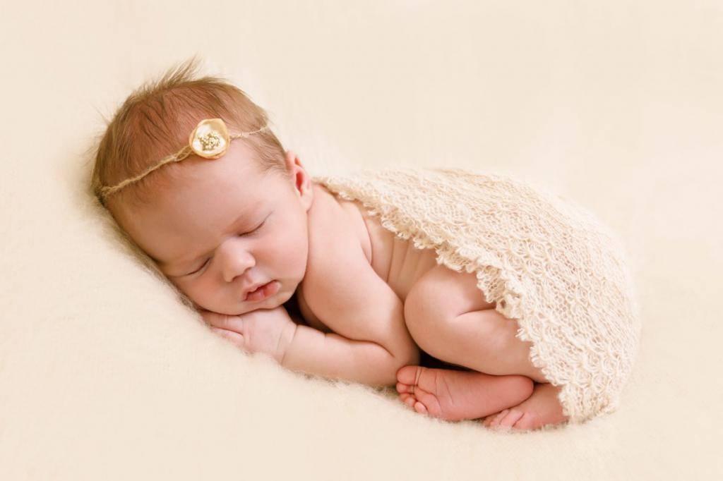 Когда ребенок начинает самостоятельно держать голову? нормы и отклонения