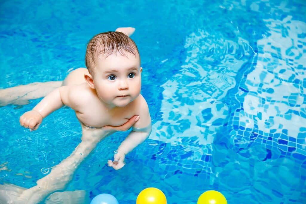 Раннее плавание для грудничков. развитие детей первого года жизни