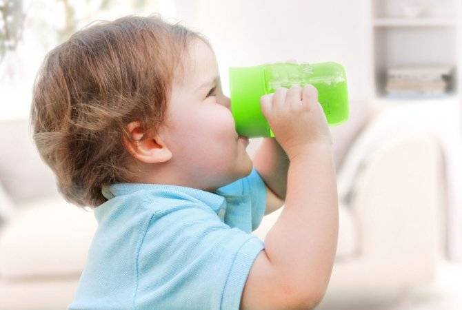 Как приучить ребенка пить воду: с какого возраста нужно начинать, правила для детей до года и старше