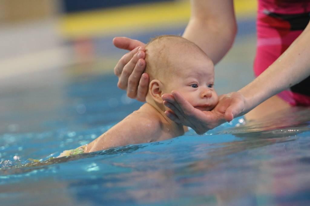Грудничковое плавание: видео в ванне и бассейне - за и против (Комаровский)