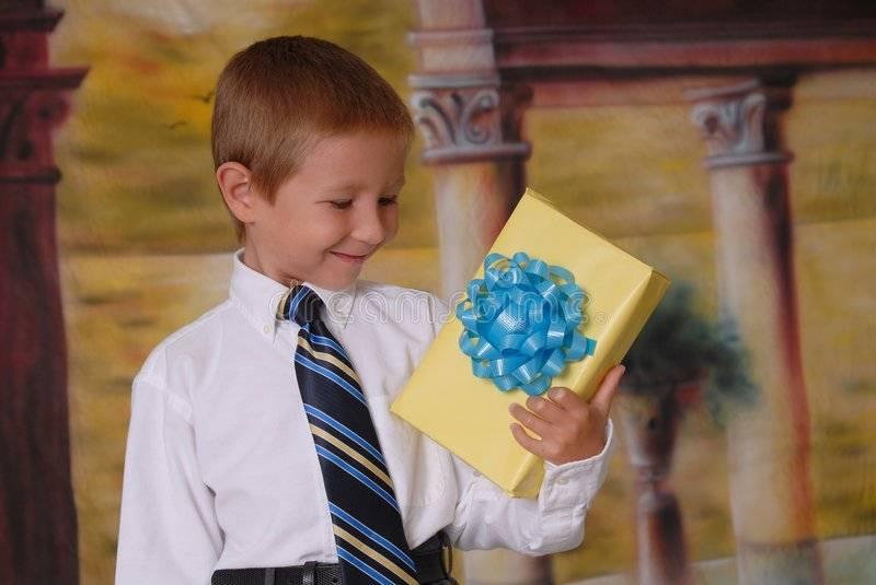 Подарок мальчику на 7 лет: что подарить ребенку на день рождения?