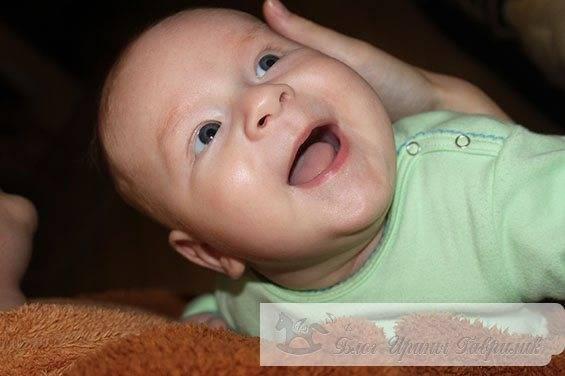 Когда дети начинают агукать и гулить, улыбаться и смеяться