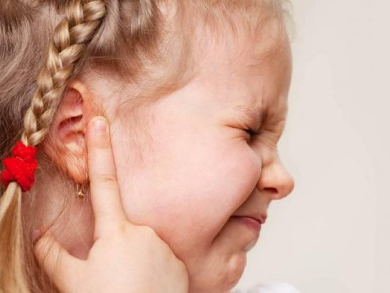 У ребенка болит ухо: что делать в домашних условиях и как оказать первую помощь