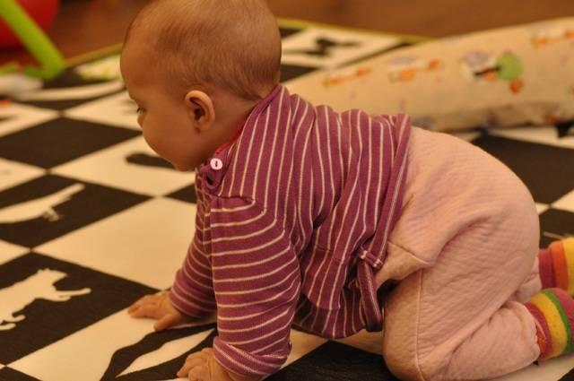 Как научить ребенка ползать видео-подсказки