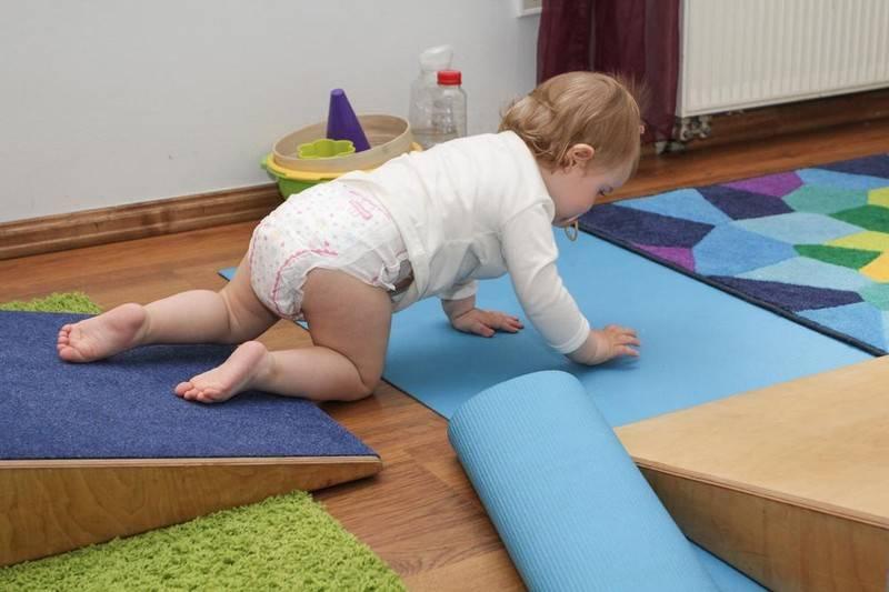 Как научить малыша ходить, ползать и сидеть правильно