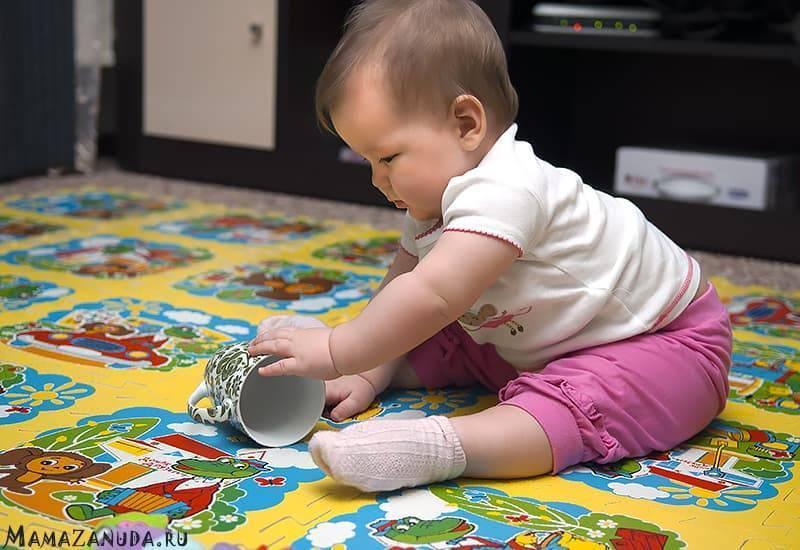 Сынуля в 9 месяцев не хочет сидеть и не интересуется игрушками... что делать-то???