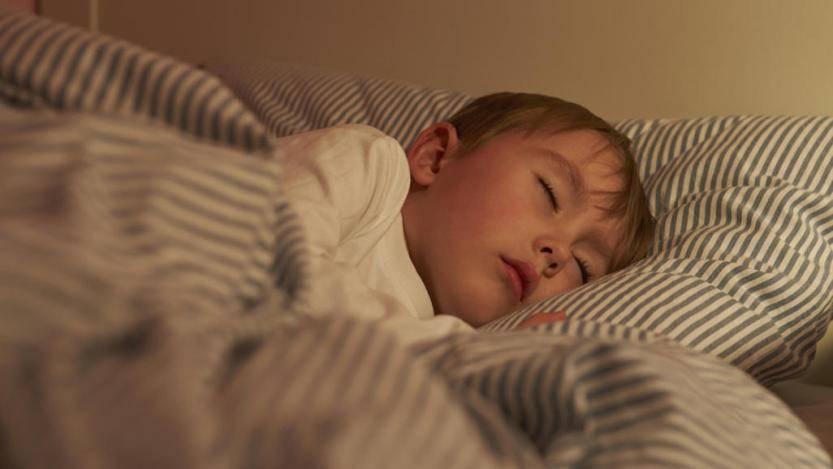 Почему ребенок ночью скрипит зубами и что с этим делать?