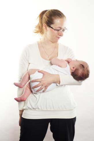 Как правильно держать и носить на рукахноворожденного ребенка?