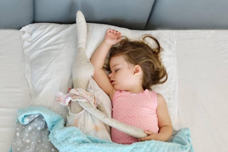 Как научить новорожденного ребенка спать в своей кроватке самостоятельно