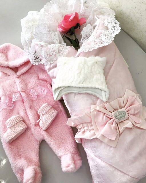 Одежда для выписки новорожденных (90 фото): модели для роддома на весну-лето