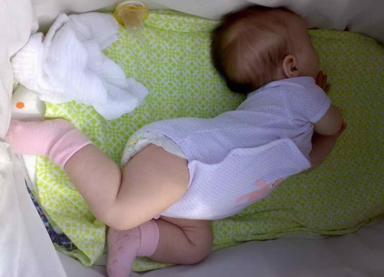 Грудничок выгибает спину и запрокидывает голову: 10 причин подобного состояния