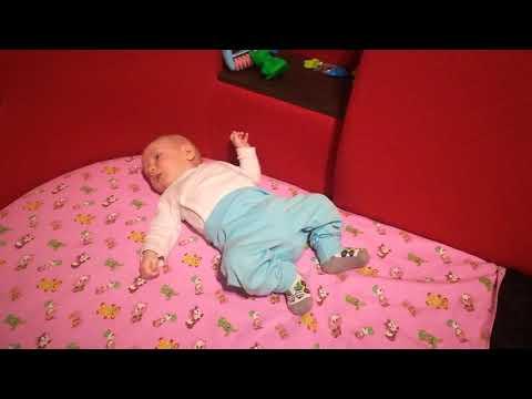 Если ребенок в 7-8 месяцев не сидит и не ползает, надо ли паниковать?