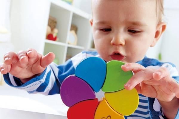 В каком возрасте ребенок должен знать цвета и как правильно построить обучение?