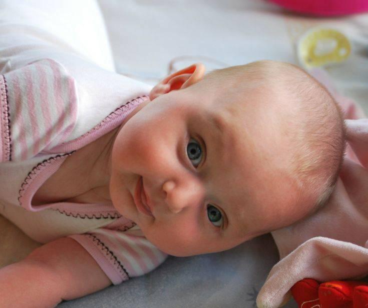 Почему грудничок во сне кряхтит и корчится. новорожденный ребёнок кряхтит выгибается и краснеет при этом